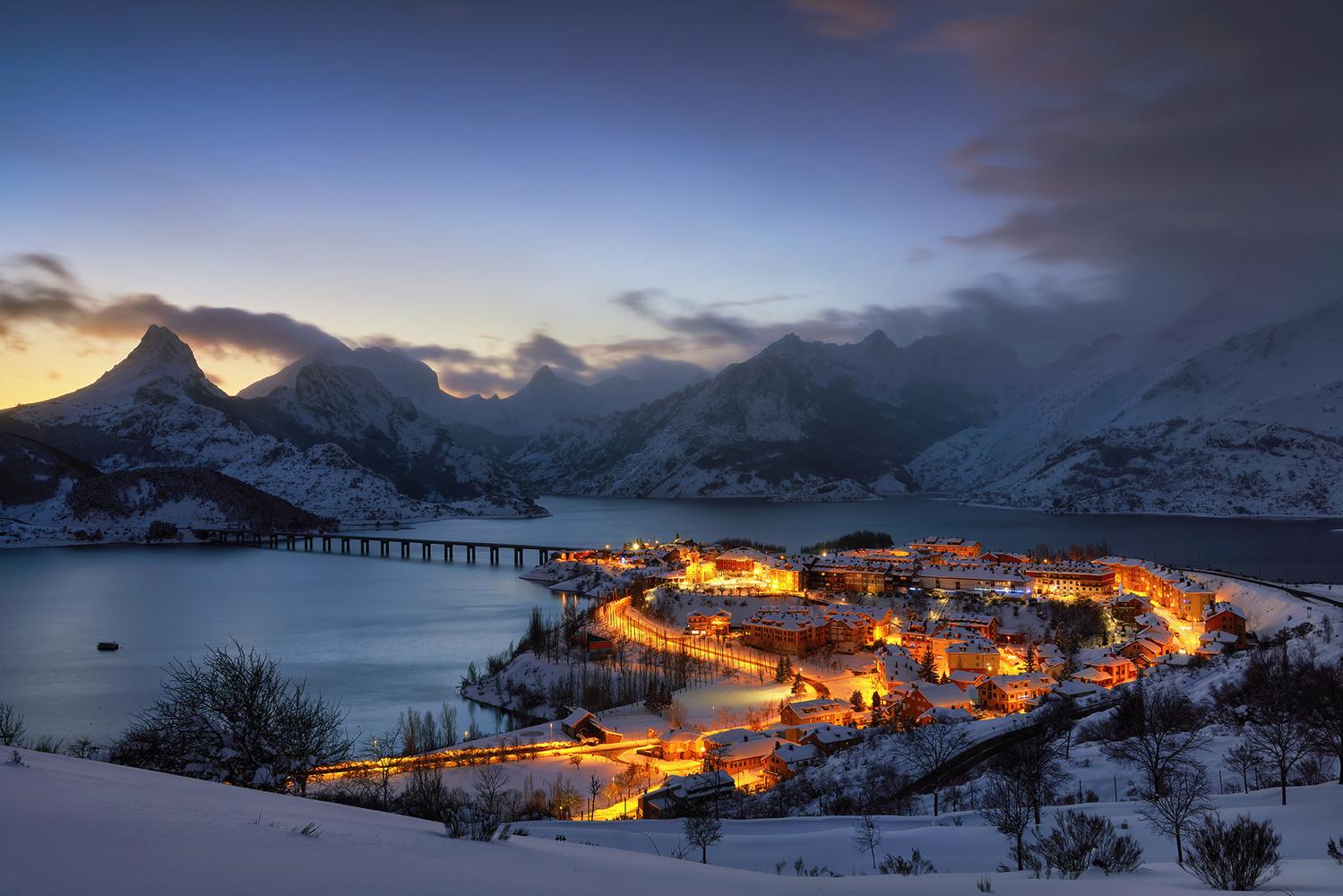 Last lights under the snow by Ignacio Municio