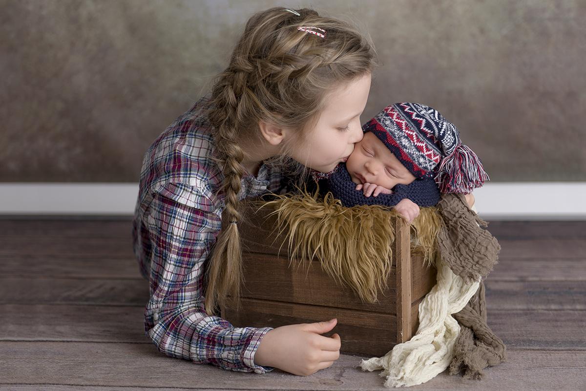 Sister with newborn by Janus Olsen