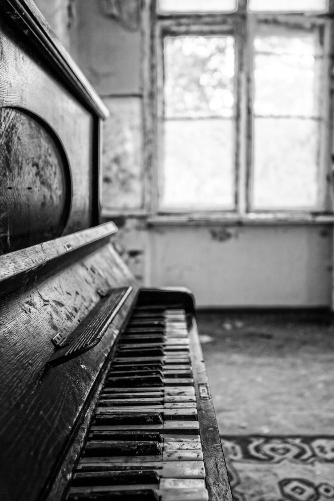 Abandoned Piano by Michael Kokott