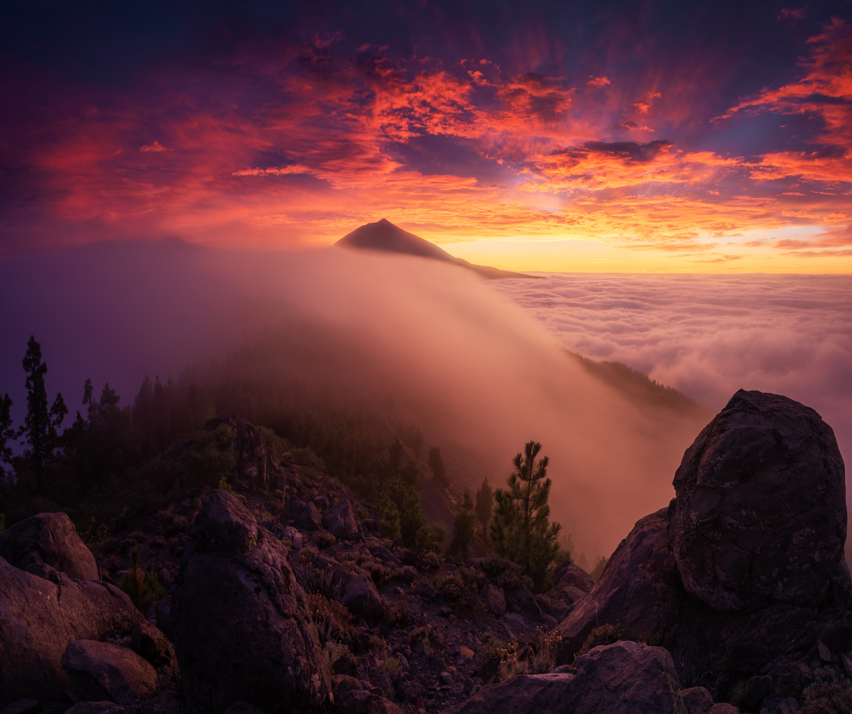 Colorful sunset between clouds by Efren Yanes
