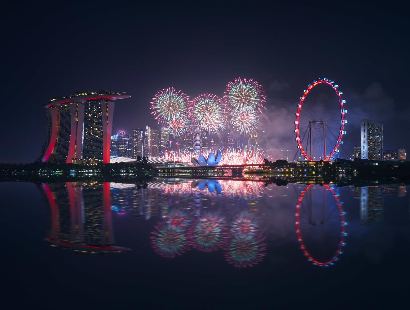 Singapore Fireworks by Daniel Viñé