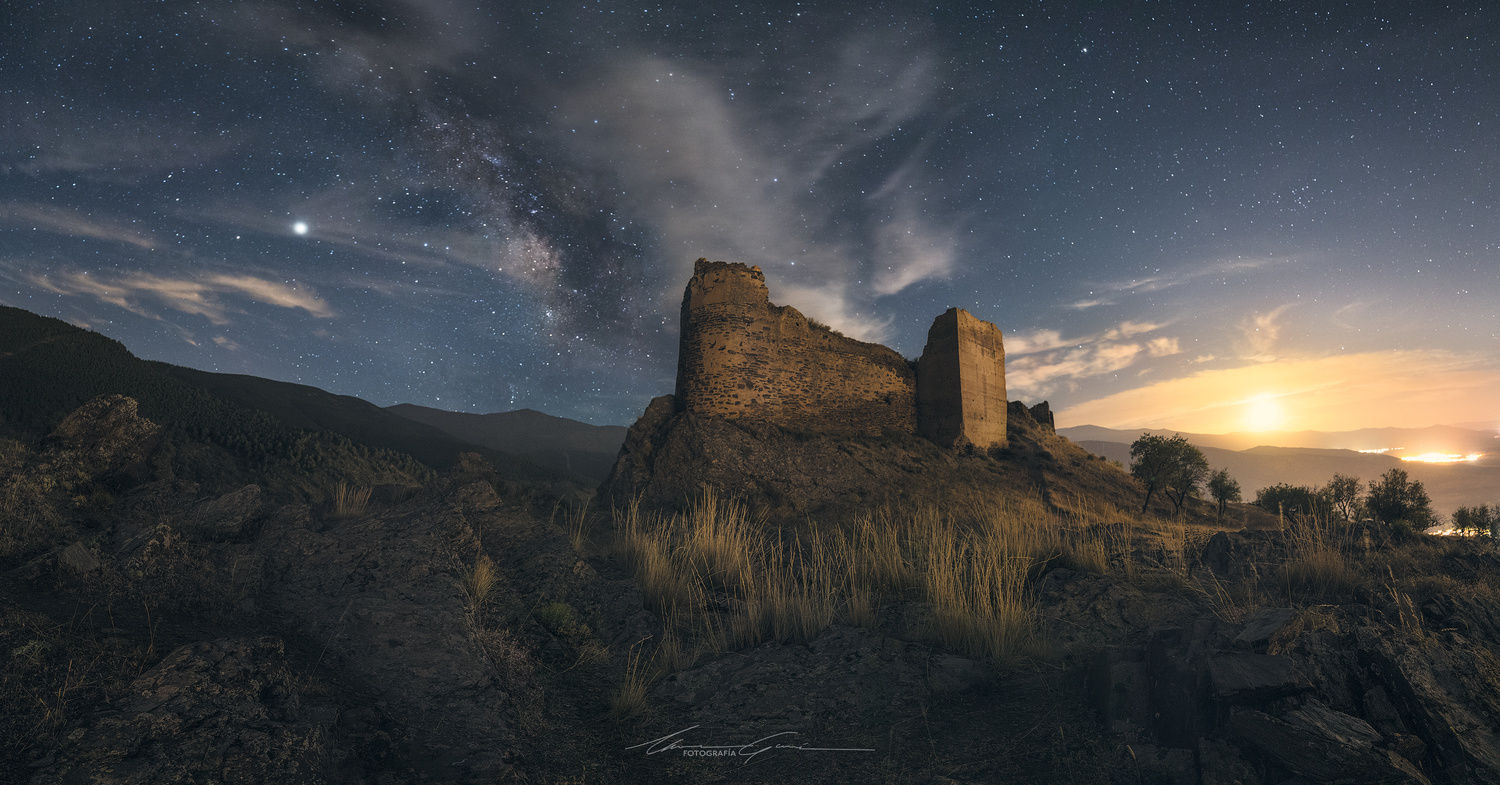 Between the moon and the stars by Manu García