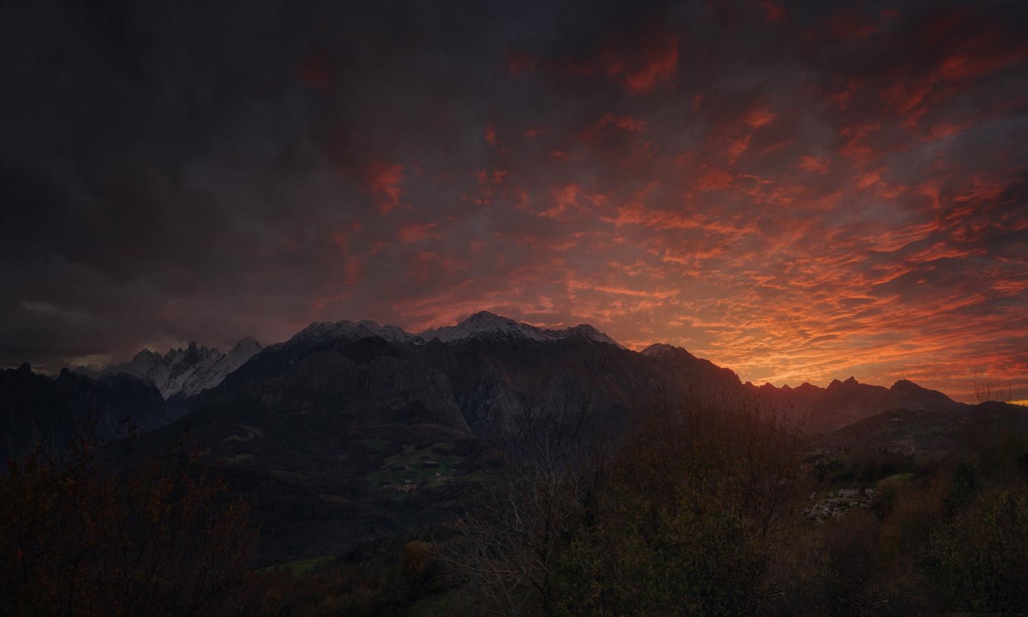 Sunset after the Picos de Europa by DaniGviews /Daniel
