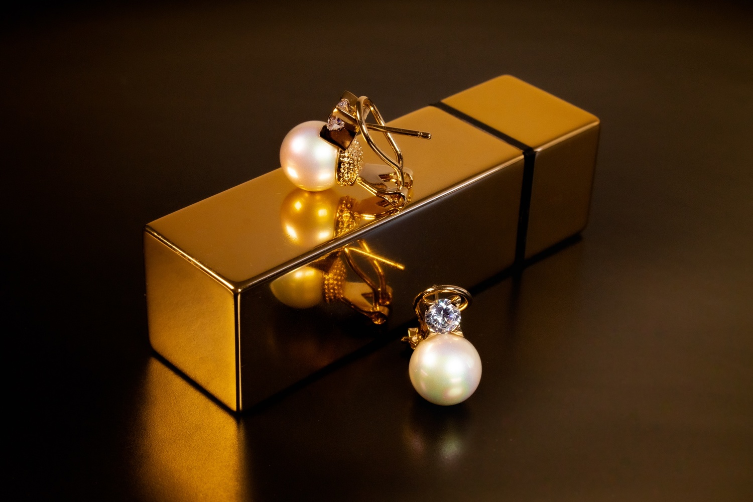 Pearl and Gold Earrings macro photography fashion commercial by Gener Vazquez