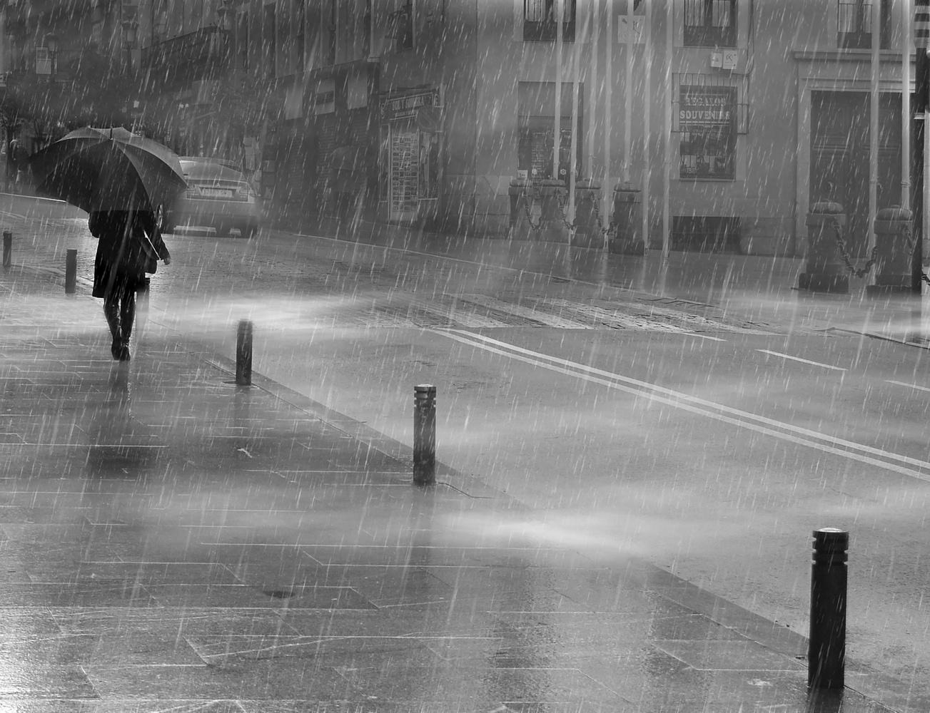 Urban rain by Mariano de Miguel