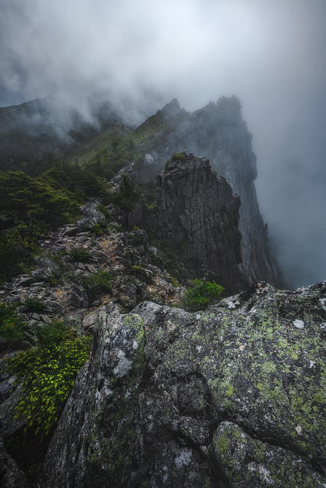 Misty cliff by YNpics graph