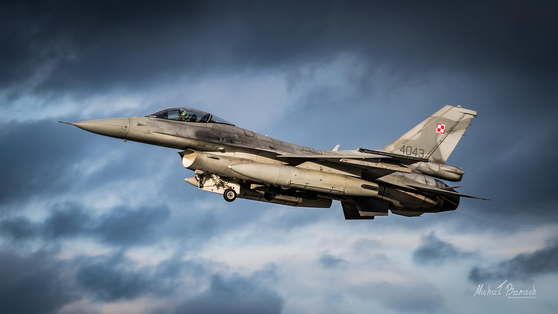 Lockheed Martin F-16C Jastrząb (4043) by Michał Banach