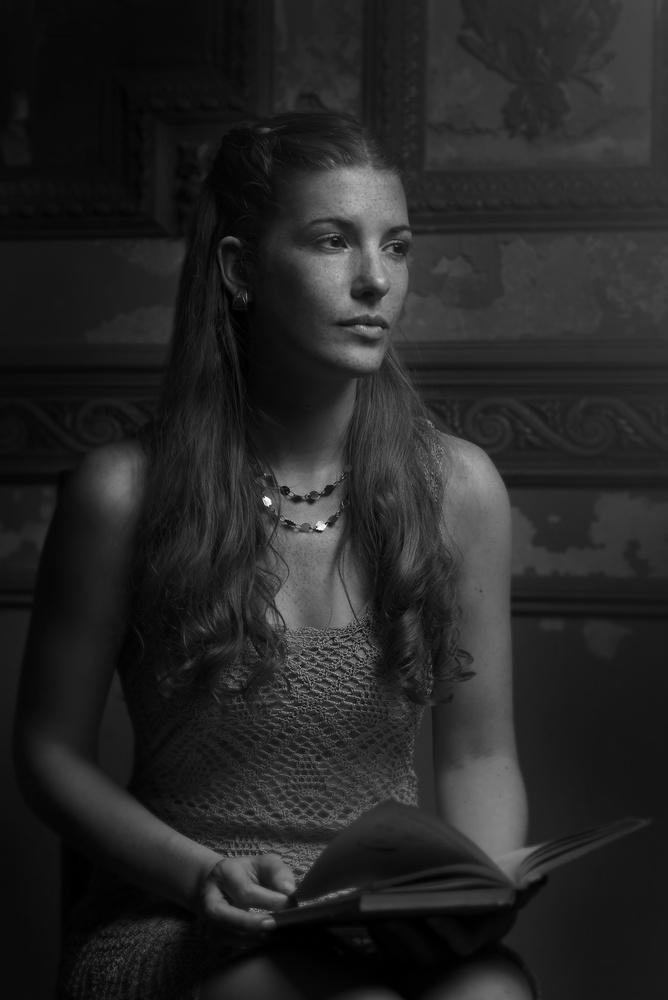 Lisi in darkness by Fabian Bono