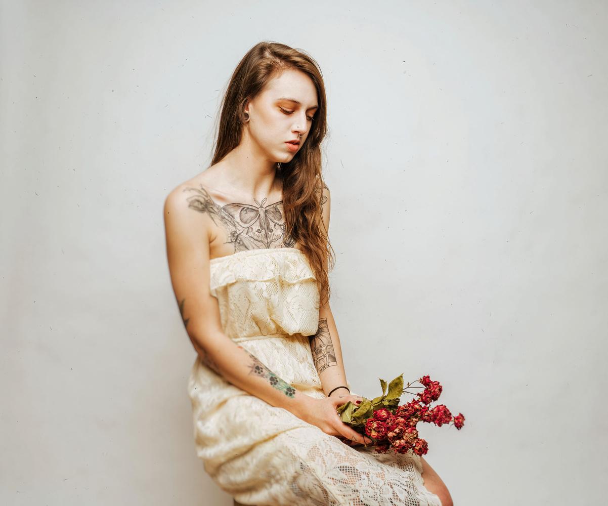 Mia with flowers by Ian Pettigrew