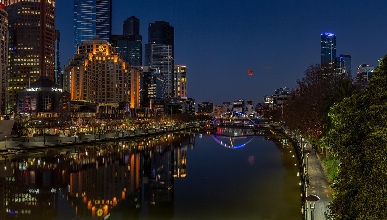 Blood moonset from Princes Bridge by Allan Savage