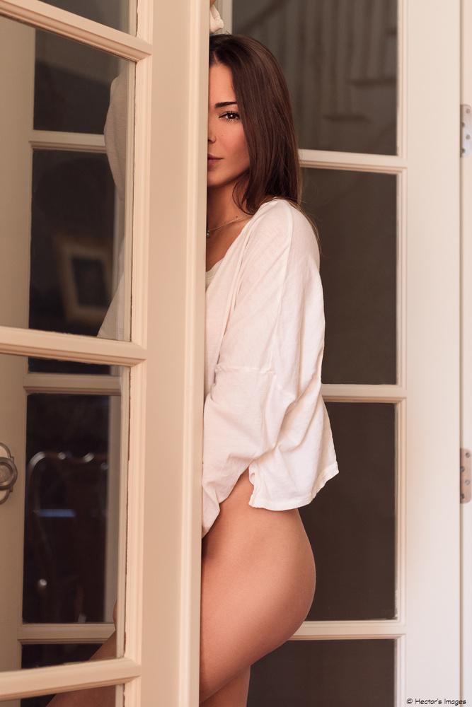 Alyssa in natural light by Hector Reyes