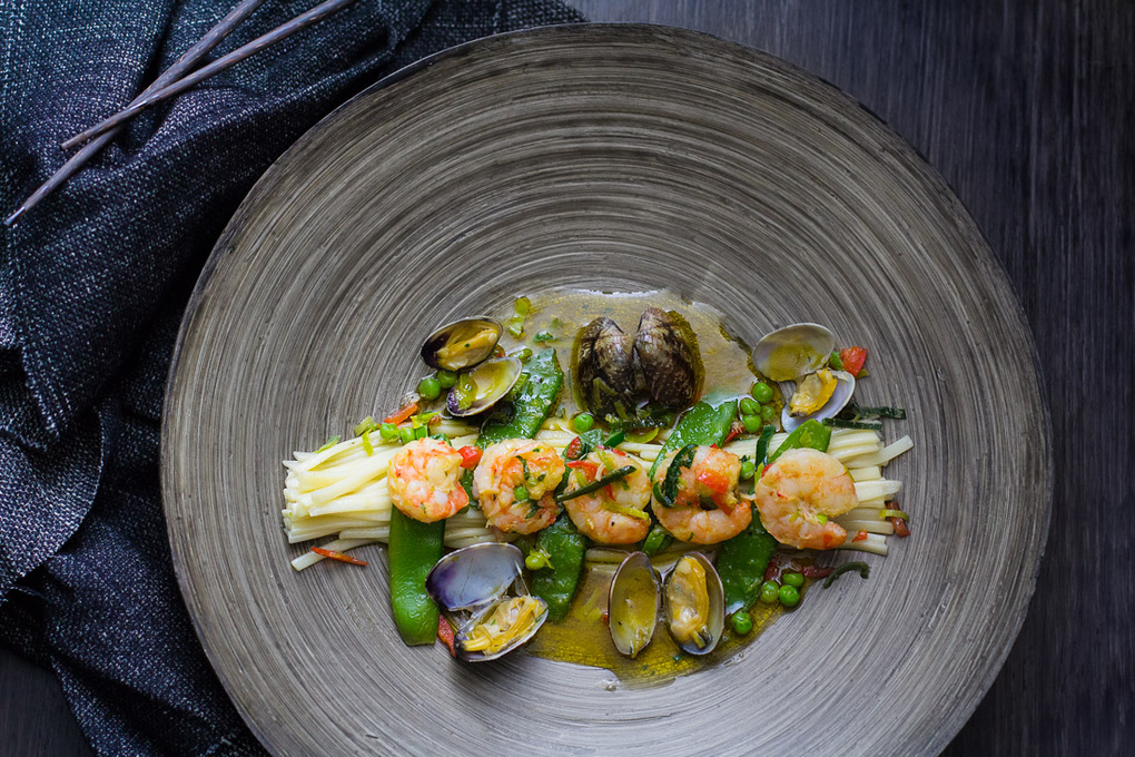 Seafood and udon noodles by Leon Vermij