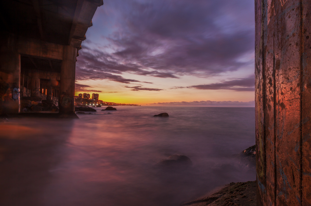 Bridge as frame to Viña del Mar by Andrea Torselli