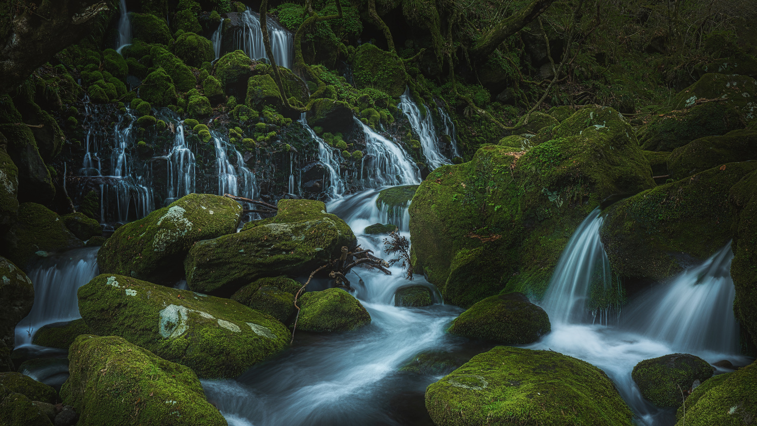 Mototaki waterfall by Shumon Saito