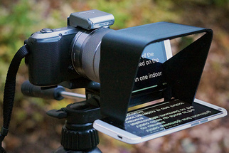 """The Parrot"" Is A Portable, Inexpensive Teleprompter That Uses Your Smartphone"