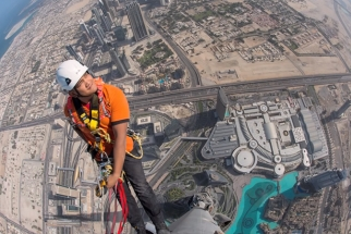 Joe McNally Shoots From The Tallest Building in the World