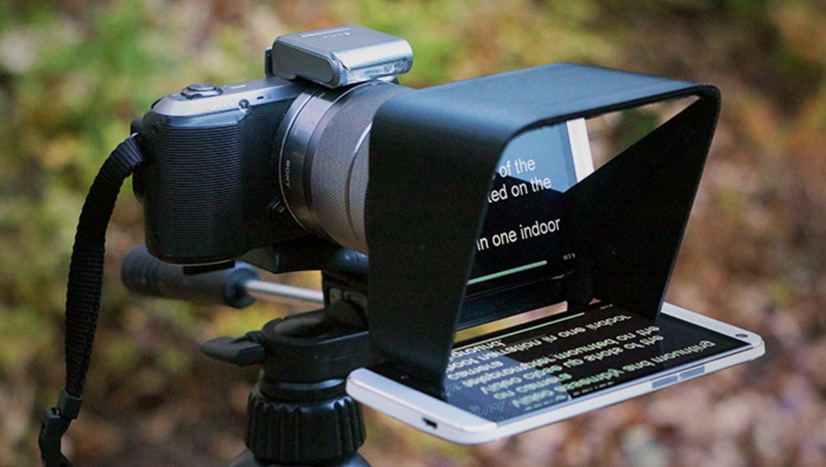 """""""The Parrot"""" Is A Portable, Inexpensive Teleprompter That Uses Your Smartphone"""