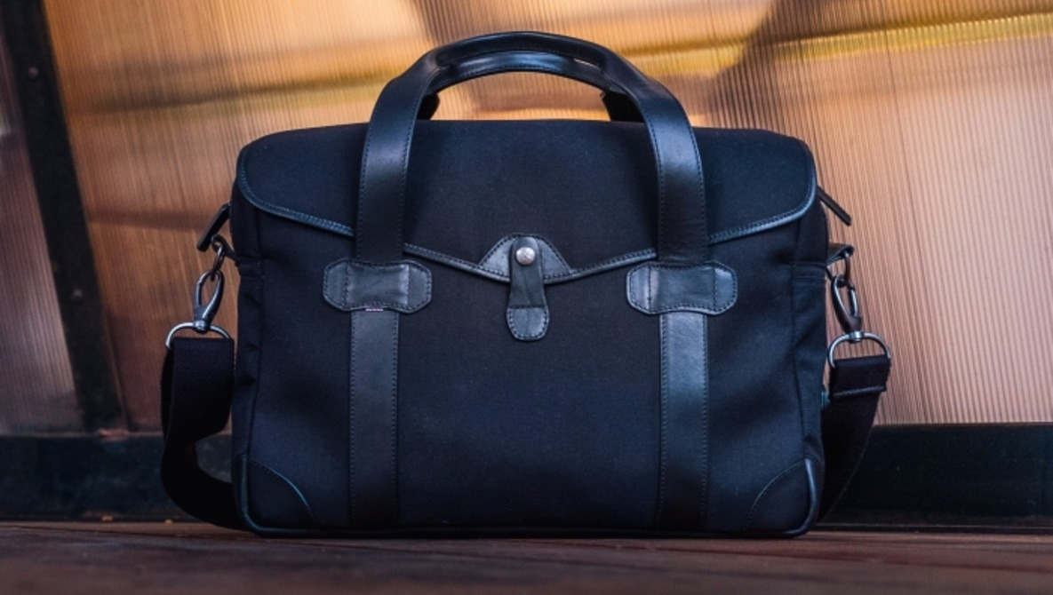 Fstoppers Reviews the Barber Shop 'Bob Cut' Messenger Camera Bag