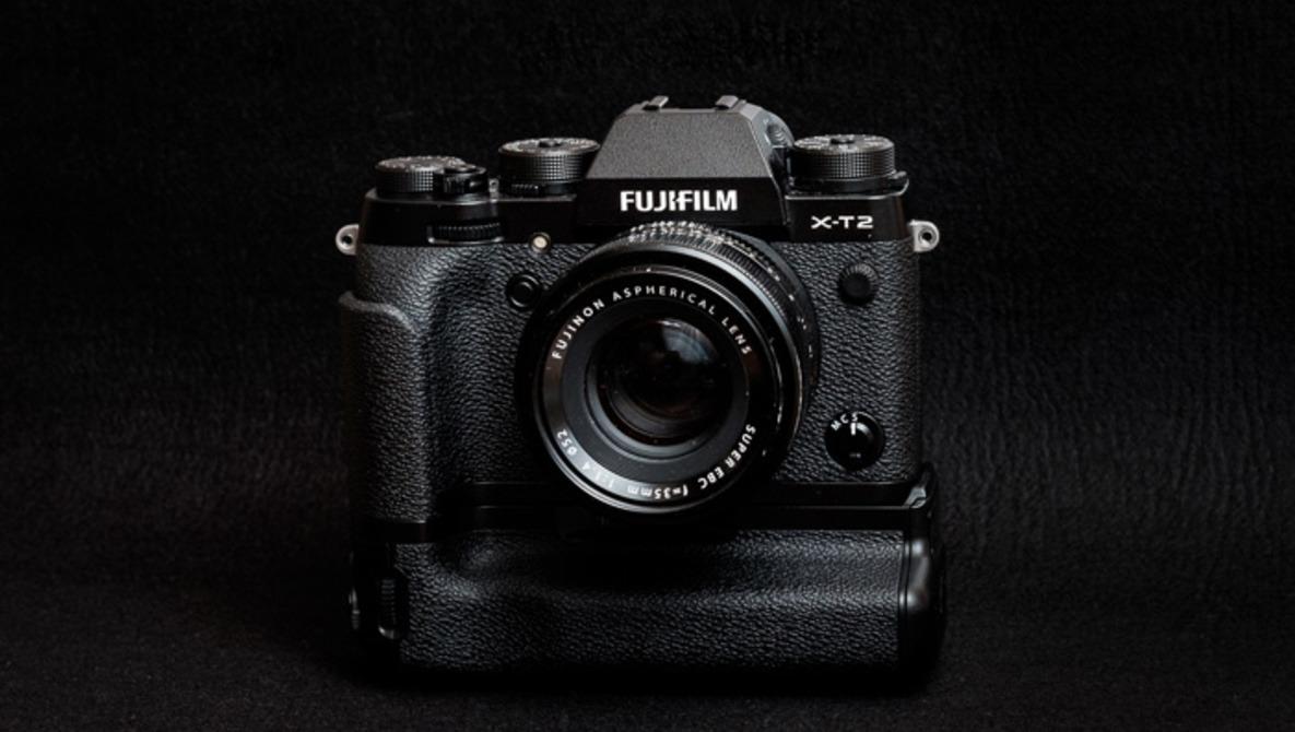 Fstoppers Reviews the Fujifilm VPB-XT2 Camera Grip