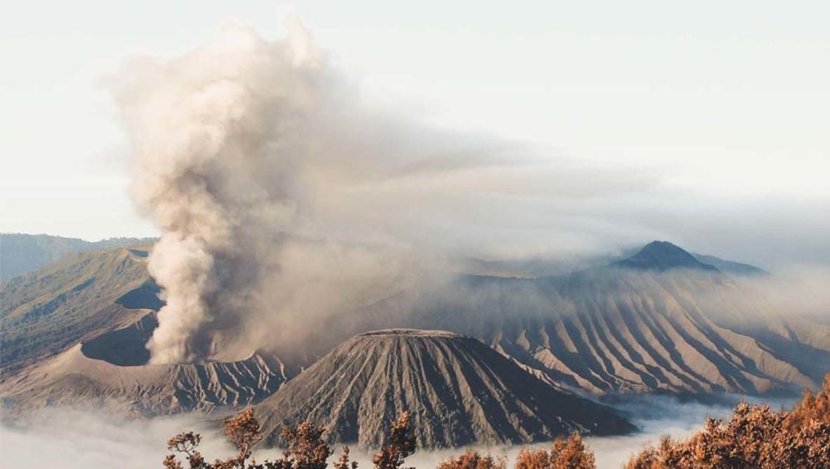 Newlyweds Have Wedding Photos Taken in Front of Erupting Volcano