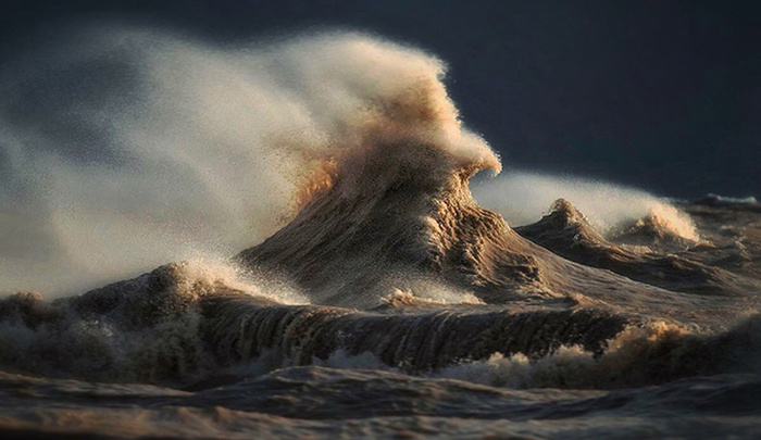 Photographer Captures Incredible 'Liquid Mountains' During Wind Storms on Lake Erie