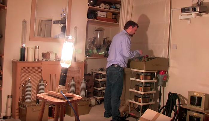 Man Turns On 20,000-Watt Lightbulb, Illuminates Small ...