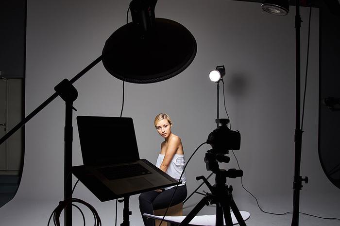 four light setup using only grids for studio portrait