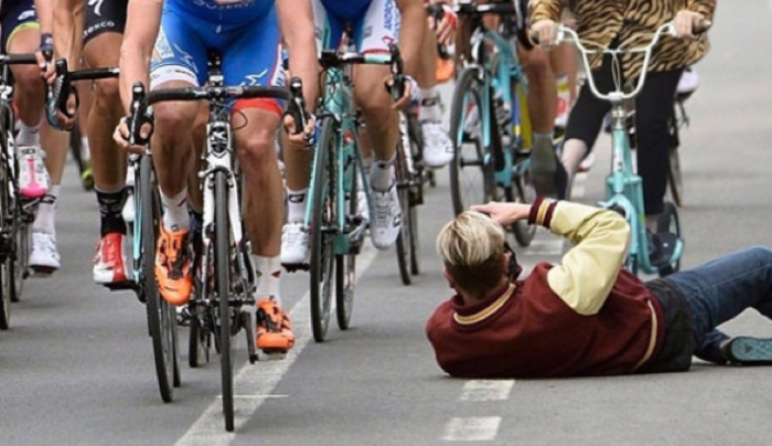 Photographer Preposterously in the Way of Bike Race Gets ...