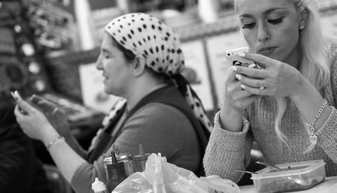 "Photographer Captures the ""Death Of Conversation"": Smartphones"