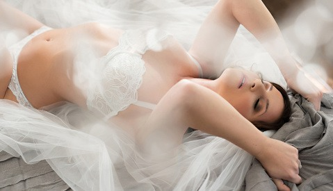 How to Pose Hands for a Better Boudoir Session