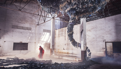 Photographer Creates and Captures Stunning Installations to Raise Awareness on Fast Fashion [BTS]