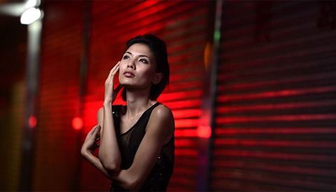 Joe McNally Explains Softbox Grids and How To Gel Your Flash