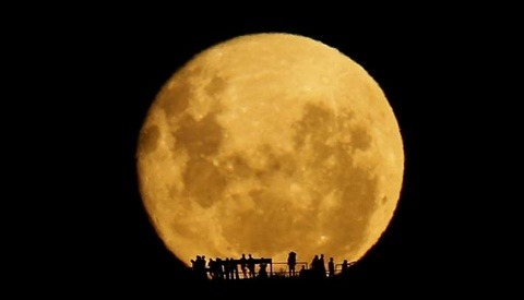 Photographer Mark Gee Captures An Absolutely Beautiful Real-Time Moonrise At 1300mm