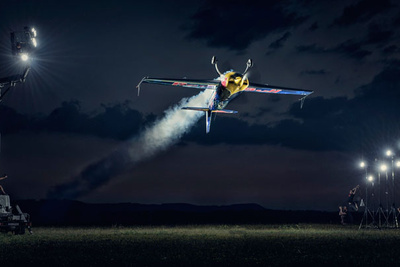 Photographer Captures Airplane in Flight With 30 Strobes