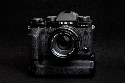Fstoppers Reviews the Fujifilm VPB-XT2 Camera Grip