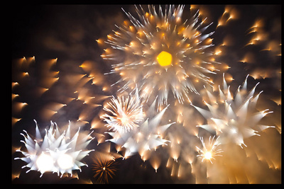 Highly Unusual Photos of Fireworks Using Focus-Pulling