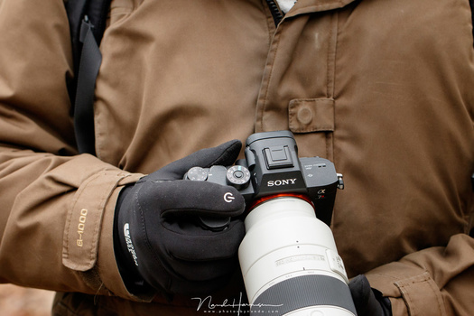 I did this comparison during wintertime and I needed to wear gloves regularly. Operating the Sony with gloves imposed a real challenge when finding and using buttons.
