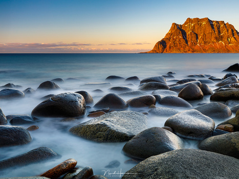 The famous beach f Uttakleiv on Lofoten with a smooth sea due to a long exposure. It looks really tranquil like this and the water between the rocks looks almost like fog. (Canon EOS 5D mark IV + EF24-70L @ 35mm | ISO100 | f/11 | 30sec with Lee Big Stoppe