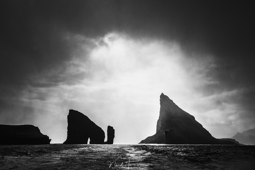 I found the huge contrast in this picture of Tinthólmur and Drangarnir perfect for a black and white conversion. The light, the silhouette, and the way how the light is crawling over the edge of Tinthólmur is amazing, I think. (EOS 5D4 + 35mm | ISO100 | f