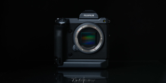 The Fujifilm GFX100 looks rather impressive. Its design, size and weight is comparible with the Nikon D5 and Canon EOS 1Dx II.