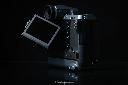 A nice tilt screen is very handy. But be carefull not to tilt it in front of the eye-sensor or the screen will switch to the EVF. Too bad the screen has limited touch functionality.