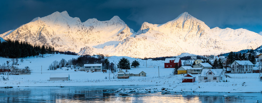 Morning light at Leknes (250mm, ISO250, f/8, 1/170s, Haida CPL, handheld)