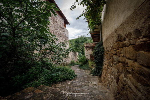 ONe of the alleys in the French village of Lavaudieu, a horizontal panorama made from 4 vertical images (EOS 5Dmk4 + TS-E17L, ISO100, f/11, 1/13s)