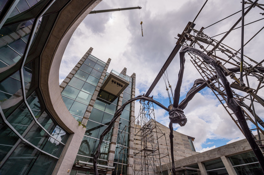 """De-installation of """"Maman,"""" a sculpture by Louise Bourgeois, at the Crystal Bridges Museum of American Art in Bentonville, AR. Nikon Z6 with FTZ adapter, Nikon 14-24mm f/2.8 at 14mm. 1/5000, f/5, ISO100."""