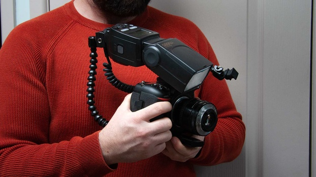 Flash bracket holding flash gun