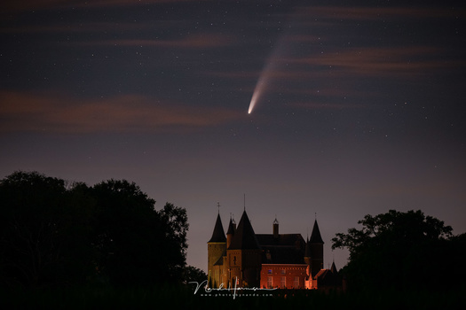 Comet NEOWISE and the Castle of Heeswijk-Dinther. The Haida Clear Night filter is used (140mm - ISO6400 - f/2,8 - 2 sec)