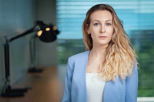Environmental Headshot of a Woman by Alexander Petrenko
