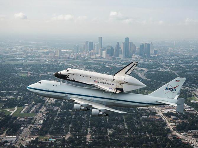 space214-shuttle-over-houston_59481_600x450