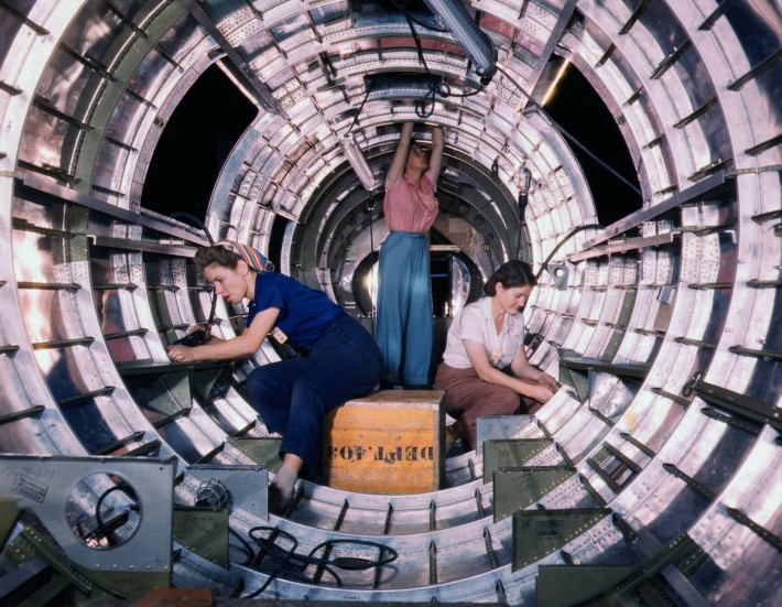 B17F_-_Woman_workers_at_the_Douglas_Aircraft_Company_plant,_Long_Beach,_Calif